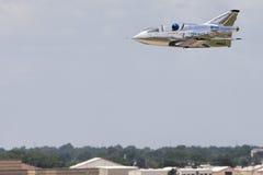 在低空的微喷气机飞行 库存照片