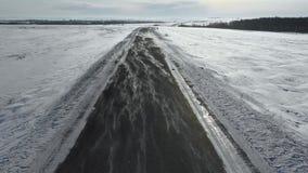 在低空的飞行在冬天路 风追上横跨路的雪 股票视频