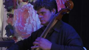 在低音提琴的音乐家戏剧在庆祝事件 音乐会 执行者 装饰 股票录像