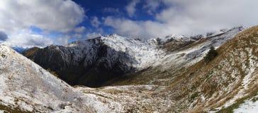 在低风雨如磐的云彩的山在雨前 alania高加索联邦山北ossetia俄语 乔治亚,区域Svanetia 免版税库存照片