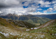 在低风雨如磐的云彩的山在雨前 alania高加索联邦山北ossetia俄语 乔治亚,区域Svanetia 免版税库存图片