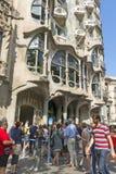在住处Batllo前面的游人,设计Gaudi Barcelo 免版税库存图片