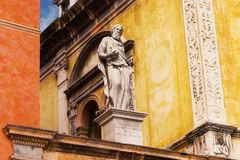 在住处della圣母怜子图和Loggia del Consiglio之间的雕象在维罗纳 库存照片