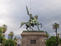 在住处Rosada桃红色房子布宜诺斯艾利斯阿根廷前面的贝尔格拉诺将军纪念碑 免版税库存照片