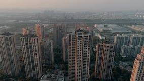 在住宅公寓的空中寄生虫射击在日落 在社区公寓住宅区的空中射击在中国 股票视频
