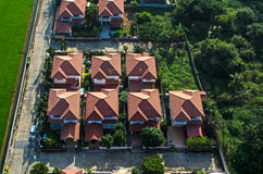 在住宅区住房,从空气的看法的红色屋顶 免版税库存图片