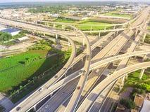 在住宅区的休斯敦,得克萨斯,美国附近的高的高速公路交叉点 图库摄影