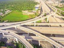 在住宅区的休斯敦,得克萨斯,美国附近的高的高速公路交叉点 免版税库存照片