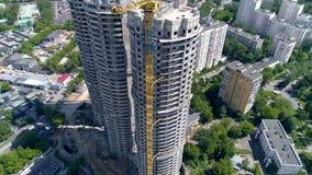 在住宅区的边缘被建造的三个圆塔 4K 空中射击 股票录像