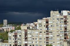 在住宅处所上的风雨如磐的天空 免版税图库摄影