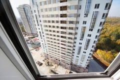在住宅复杂大厦的视图  免版税库存图片
