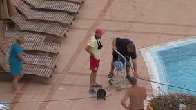 在住宅复杂绿宝石的开放水池附近在黑海海岸在Ravda,保加利亚 股票视频