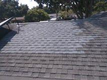 在住宅木瓦屋顶的被修理的屋顶泄漏 库存图片
