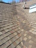 在住宅木瓦屋顶谷的模范屋顶泄漏修理;顶房顶 免版税库存照片