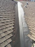 在住宅木瓦屋顶谷的模范屋顶泄漏修理;顶房顶 库存图片