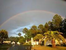在住宅街道上的彩虹 库存照片