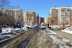 在住宅街道上的春天融雪在Balashikha,莫斯科地区,俄罗斯镇  图库摄影