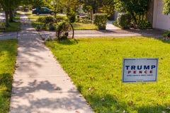 在住宅街道的围场标志总统候选人的多纳尔 库存图片