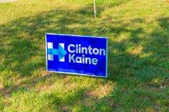 在住宅街道的围场标志总统候选人的希拉 免版税库存照片