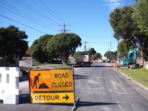 在住宅路的道路工程有改道的签字 库存图片