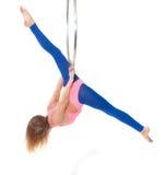 在体操圆环的锻炼 免版税库存图片