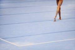 在体操地板上的脚 免版税库存图片