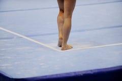 在体操地板上的脚 库存图片