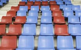 在体育体育场的蓝色和红色位子 免版税库存照片