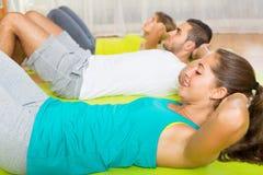 在体育俱乐部的健身类 免版税库存照片