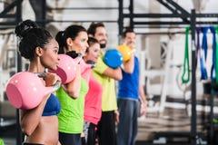 在体育健身房的功能健身锻炼 库存图片