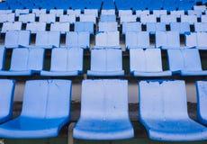 在体育场内倒空蓝色位子或椅子行 库存图片