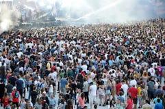在体育场内拥挤在一个生活音乐会 免版税图库摄影