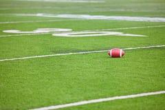 在体育场域的橄榄球 库存照片
