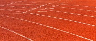 在体育场打开红色跑马场 免版税图库摄影