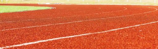 在体育场打开红色跑马场 免版税库存照片