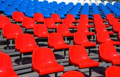在体育场的塑料位子在夏天 免版税库存照片