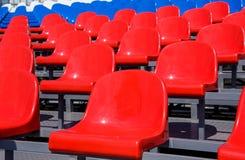 在体育场的塑料位子在夏天 免版税图库摄影