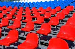 在体育场的塑料位子在夏天 库存图片