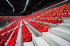 在体育场的塑料位子 免版税库存图片