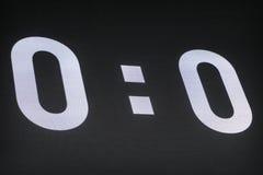 在体育场的室外LED盘区 显示0-0的记分牌在足球比赛初 免版税图库摄影