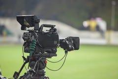 在体育场的摄象机,播放在橄榄球足球比赛期间 免版税库存照片