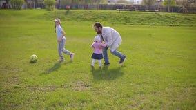 在体育场的有胡子的父亲戏剧与两个女儿的橄榄球的 夏日,绿草 股票视频