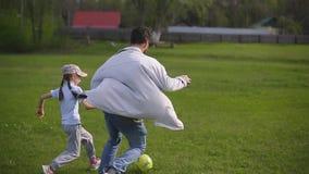 在体育场的有胡子的父亲戏剧与女儿的橄榄球的 夏日,绿草 股票视频