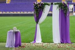 在体育场的橄榄球场安装的装饰曲拱 免版税库存照片