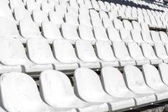 在体育场的白色椅子 免版税库存图片