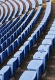 在体育场的空的椅子没有观众 免版税库存照片