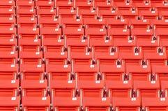 在体育场的空的橙色位子 免版税图库摄影