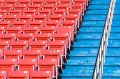 在体育场的空的橙色位子 免版税库存图片