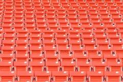 在体育场的空的橙色位子 图库摄影