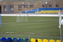 在体育场的空的镶边足球目标 免版税库存照片